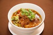 トロトロに煮込んだ熱々の牛バラ肉を麺に熱々麺に掛け、香港ラー油でピリ辛に仕上げた一品。