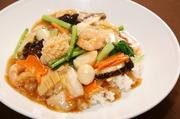 海鮮と具だくさん野菜餡を熱々のご飯に掛けた、中華に欠かせない一品です。
