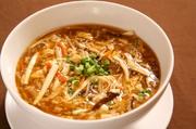 台湾黒酢と白黒胡椒が効いた台湾醤油味のスープ掛けご飯です。 酸味と辛さが融合した絶妙な味。