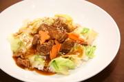 トロトロに煮込んだ牛バラ肉を熱々のご飯に掛けた、ボリーュムのある中華風牛丼です。