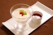 京鼎楼の特製杏仁豆腐に季節のソースを添えた一品です。