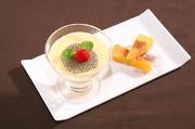 果肉タップリマンゴープリンに季節のフルーツをトッピング。
