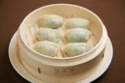 チンゲン菜をタップリと使った体に優しい餃子。野菜の旨みを満喫できます。