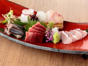 季節の旬魚を盛り合わせた『島根県産直 三種盛り合わせ』