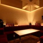 8名まで利用できる個室は赤いソファーが配置されたスタイリッシュな空間です。抑えた照明の中、親しい仲間や女性同士、美味しいお酒を片手に贅沢なひとときを楽しめます。