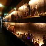 JR東西線北新地駅から徒歩5分、飲食店が多く賑やかな曽根崎新地ながら、知る人ぞ知る隠れ家的なお店です。入り口を入ると様々なお酒やアンティークの美しいディスプレイにうっとり。
