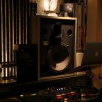 店内奥にはJBL製の大型スピーカーが設置されていて、オーナーのセレクトによる音楽がゆったりとした空間を演出しています。お店が空いていれば4万曲を超える楽曲からリクエストに応じてもらえることも。