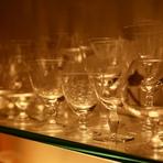 ずらりと並んだ美しいグラスはバカラやラリックといった一級品揃い。オーナーが海外で買い付けてきたものが中心で、中にはアンティークも含まれています。セレブな気分を盛り上げてくれること請け合いです。