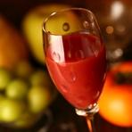 イチゴとシャンパンでつくるカクテルです。通常は辛口のシャンパーニュを使うところ、少し甘口のロゼを合わせます。フレッシュなイチゴの酸味とロゼシャンパーニュのバランスが絶妙な逸品。