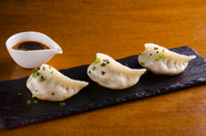 もっちりとした皮から肉汁があふれ出す『上海屋台の焼き餃子』
