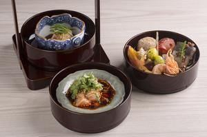 すべてのコースで登場する旬菜を盛り合わせた『三段前菜』は店の名刺代わり