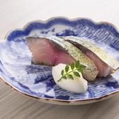 黄金に輝く『〆鯖の杭州風燻製』は、サワークリームを添えてさっぱりと