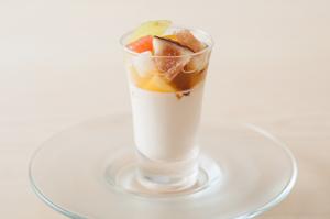 和三盆で全体の味わいをなじませ、旬を迎える果物の魅力を凝縮した『杏仁豆腐』