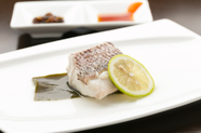 お酒で蒸した鯛のふんわりとした食感と、たっぷりジューシーな旨味を閉じ込めた一皿『鯛こぶじめ酒蒸し』