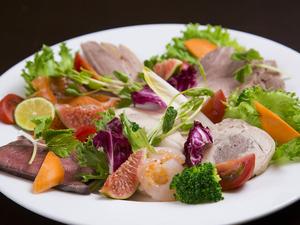 地場の美食が勢ぞろい『前菜盛り合わせ』