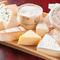 味も種類も様々な、輸入した本場の「チーズ」を使用