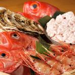 市場の仕入れのほかに、独自のルートを使って仕入れる天然ものの魚は、季節の地物を使用。旬の美味しい料理が味わえるお店です。仕入れにより鮮魚が変わるので、食べたことのない魚に出会えるかもしれません。