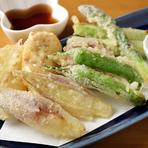 旬の地物野菜は、野菜の甘味を存分に味わえる『天ぷら』がおすすめ。揚げたてのサックサクを、お塩や、こだわりのお出汁につけて食べれば、口の中に香りと甘みが広がります。