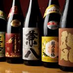 新鮮な魚を食べると、旨いお酒が飲みたくなります。常連さんの中には、お気に入りのお酒をボトルキープしている方も多いとか!? 人気のラインナップが揃っています。
