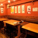 テーブル席は少人数の食事会や、飲み会におすすめの席です。寿司コースも3000円から用意されているので、コースの小鉢を肴に飲みながら、お寿司で〆る。シブイ飲み方のできるお店です。