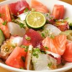 海鮮を楽しみたい人におすすめなのが『海鮮サラダ』です。海鮮を豊富に使用することで、新鮮な魚本来の食感や旨味を感じられる一品です。