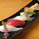 旬の魚をお楽しみいただけるのは『本日の5貫握り』です。その日届いた鮮魚を握りで提供させていただく一品。珍しいネタもご用意しています。