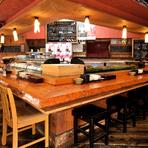 広く設けてあるカウンター席は、お1人様利用に人気!注文を受けたものから、すぐにお作りして提供できる席です。職人が寿司を握ったり、料理を作ったりしているライブ感が味わえるお席として人気です。