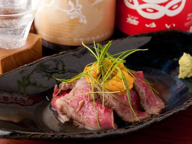 和牛の旨味を閉じ込めてしっとり焼き上げた逸品『わくの和風ローストビーフ』 ※うにのせ+300円
