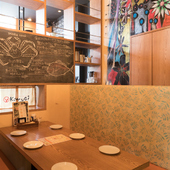 沖縄出身のアーティスト、大城英天さんの作品が店内に