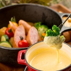 野菜・ソーセージ・バケットなど自家製のとろーりチーズソースで心行くまでお楽しみください