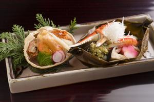 雌と雄、2つのズワイ蟹の美味しさを楽しめる『香箱蟹と加能ガニの昆布船蒸し』