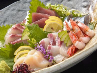 新鮮な旬の魚を堪能できる『刺身 6種盛り』