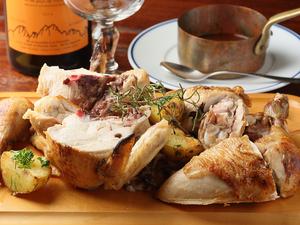 香ばしく、ジューシーな『ロティサリーで焼き上げたひな鶏のロースト』