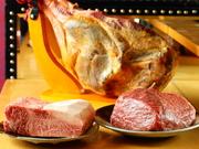 好きな肉を選んで、好みの焼き加減で焼いてもらうスタイル。牛脂とオリーブオイルを合わせて高温で焼き上げ、周りはカリッと香ばしく、中はレアでジューシーな仕上がりです。 1g/33円