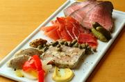 豚肉のリエットやハモンセラーノなど、バランスよく並べられた豪華な一皿。ひとつひとつがしっかりとした味付けになっており、ワインと合わせて愉しめます。