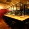 オープンキッチンのライブ感が伝わる広々としたカウンター席