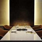 隠れ部屋のような個室をご用意。洗練された空間で極上の焼肉を