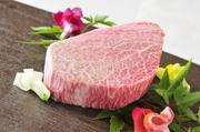 厳選した肉の中でも最高峰の部位・シャトーブリアンは、赤身でありながら、口に入れた瞬間にとろけるような極上の食感。それでいて、赤身の凝縮感に富む味わいにもすぐれ、まさに至福のおいしさです。