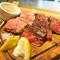 厳選された赤身肉をより一層美味しく、芸術品のような香りを堪能できる『藁焼き アンガス牛』