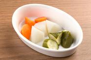 旬の野菜の食感が愉しめる、あっさりとした味わいの『店仕込みピクルス』