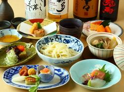 旬の食材をつかった華やかな料理が並びます。食べるごとに感動が生まれるコース