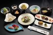地元栃木の名産かんぴょうを使った料理やホタテやきのこの朴葉焼き、秘伝の味付け豚角煮、近海で獲れる新鮮な魚介の刺身など、旬の贅をこらした懐石コースです。