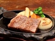 甘味が強くて柔らかい肉質が特徴の地元産「常陸牛」。「塩とコショウだけで食材を味わって欲しい」と料理人。基本はレア。後はペレットで好みに合わせて焼き加減を調整できます。