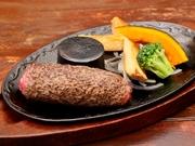 美味しいお肉をたっぷり食べたい人におすすめ。サイズは、150gのSサイズから最大450gの1ポンドまで選べます。周りだけ焼き上げ中は真っ赤で新鮮なハンバーグ。肉の旨味をとことん味わえます。