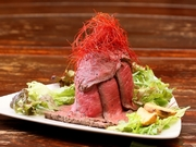 まるで火山が噴火したかの様な迫力満点の料理は、国産の「内もも」を贅沢に使った、柔らかいお肉が特徴。味は塩とコショウ。香草を使ってオーブンで焼き上げるのでほのかな香りも楽しめます。