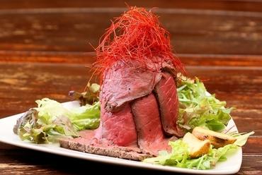 火山が大爆発!話題の『ローストビーフ丼レッドマウンテン』