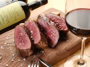サカエヤさんの熟成肉を使用。香ばしい香りの『熟成肉の炭火焼き』