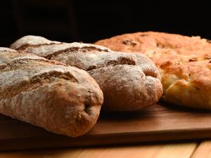 料理のお供にぴったりな、北海道小麦100%の『自家製パン』