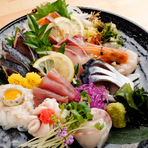 市場から直送される獲れたての旬魚を、お刺身で堪能