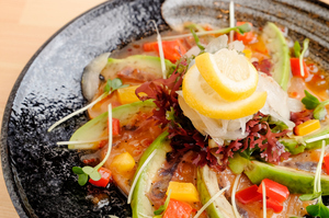 旬な魚と新鮮野菜を一皿に『獲れたて鮮魚のカルパッチョサラダ』